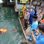 Wujud Kepedulian Polri akan Kesalamatan Penumpang Boat, Kapolresta Barelang Bagikan Life Jacket
