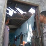 Tanda Kasih Polri, Kapolsek  Belakang Padang Bantu Langsung Korban Angin Puting Beliung