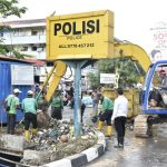 TNI-Polri dan Masyarakat Gotong Royong Bersihkan Sampah di  Irigasi Aliran Air  Kecamatan Lubuk Baja
