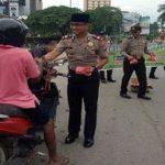 Jaga Keamanan dan Ketertibann di Jalanan, Polsek Batu Ampar Sempatkan Bagikan Takjil