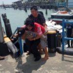 Tuntutan Suara Nurani, Anggota Polres Bintan Menggendong Penumpang Yang Sedang Sakit