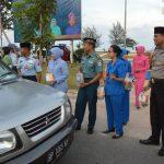 Sinergitas TNI POLRI Natuna Bagikan Takjil Gratis Menyambut HUT Bhayangkara 72