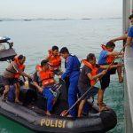 Ditpolrairud Polda Kepri Bantu Evakuasi Kapal Tanker KM Aventador Yang Terbakar