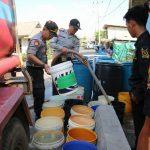 Polres Tanjungpinang Bersama Melayu Raya Salurkan Air Bersih Untuk Warga