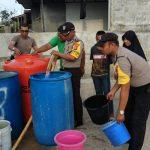 Kemarau Panjang, Kapolres Bintan Kerahkan Anggotanya Salurkan Air Untuk Warga