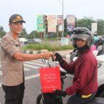 Ditintelkam Polda Kepri Bagikan Ta'jil Kepada Pengendara di Simpang Kepri Mall