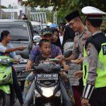 Berbagi Rezeki Dibulan Ramadhan, Kapolres Natuna berikan Takjil buka puasa Ke Pengguna Jalan Raya