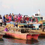 Berbagi Asih, Polres Lingga Bersama Bhayangkari Berbagil Takjil di Laut Penuba