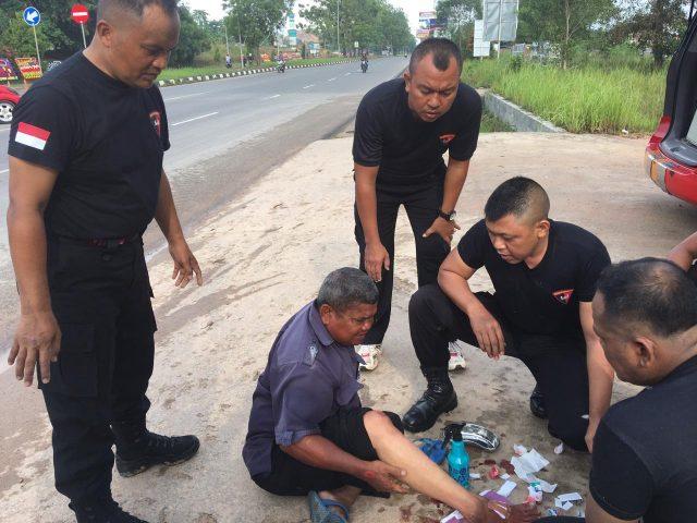 Dansat Brimob Polda Kepri Turun Langsung Bantu Korban Laka Lantas