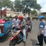 Darurat Pembatasan Sosial Antisipasi Covid-19, Polresta Barelang Berbagi Ratusan Paket Sembako ke Warga
