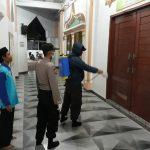 Polsek Batuaji Laksanakan Penyemprotan Disinfektan Di Masjid Baitul A'la