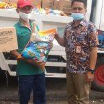 Bhabinkamtibmas Kel Baloi Indah Aiptu Markus Depari melakukan pemantauan dan pengawasan pendistribusian bantuan sembako covid-19 Ke masyarakat