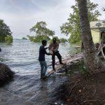 Kapolsubsektor Penuba Bagikan Sembako Dari Kapolres Lingga Kepada Masyarakat Penuba Timur Kecamatan Selayar