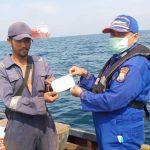 Ditpolairud Polda Kepri Beri Himbauan Pencegahan Covid-19 pada Nelayan di Perairan Perbatasan