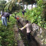 Sinergitas TNI-Polri dan Masyarakat Dalam Bergotong-Royong, Wujudkan Lingkungan Bersih di Kelurahan Batu Hitam.