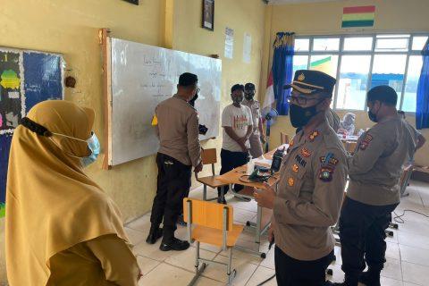 Kapolres Natuna Tinjau Pelaksanaan Vaksinasi di Gerai Vaksin Presisi Bhakti Kesehatan SMPN 1 Bunguran Timur