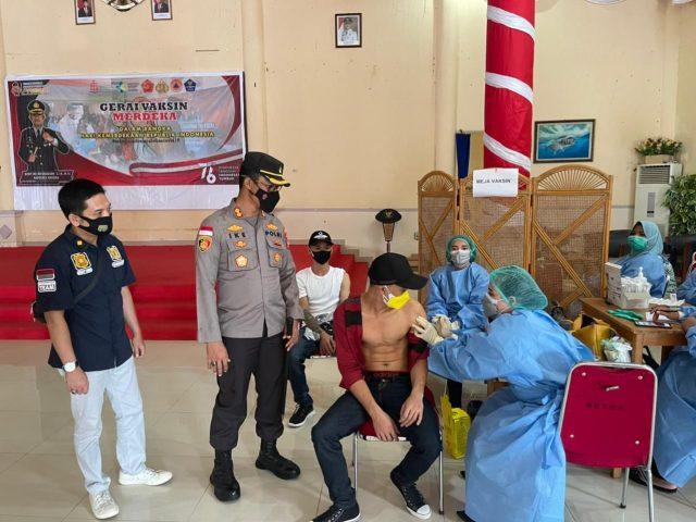 Kapolres Natuna Bersama Sekda Kab. Natuna Tinjau Gerai Vaksin Presisi Merdeka di Gedung Sri Serindit